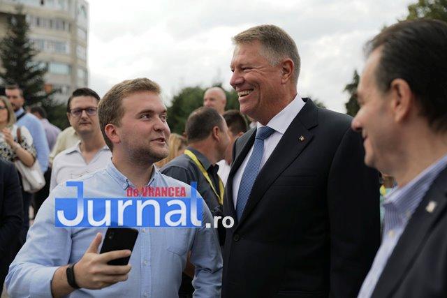 kalus iohannis campanie prezidentiale5 - FOTO-VIDEO: Klaus Iohannis a început în forță bătălia pentru un nou mandat. A fost întâmpinat cu entuziasm de oameni care s-au înghesuit să dea mâna cu el