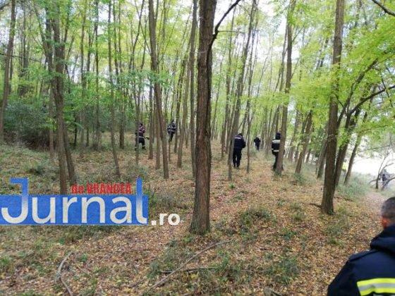 cautari cioban politisti padure6 560x420 - FOTO-ACUM: Mobilizare pe Valea Râmnicului pentru căutarea a doi ciobani dispăruți de la o stână