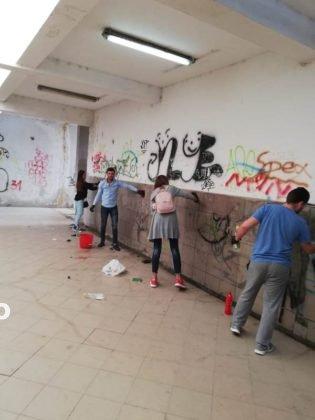 voluntari curatenie pasajul garii focsani5 315x420 - FOTO: Tinerii fac curățenie în pasajul Gării Focșani