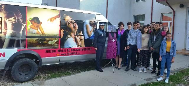 """Muzeul Mobil al Sclaviei Moderne8 - """"Muzeul Mobil al Sclaviei Moderne"""" atracția unei acțiuni pentru prevenirea traficului de persoane"""