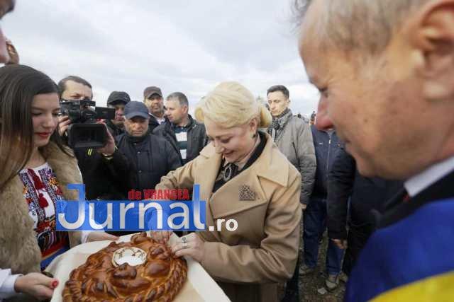 dancila dumbraveni vrancea 1 - Dăncilă a ajuns în Vrancea. Vizita de campanie a premierului demis va continua la Focșani