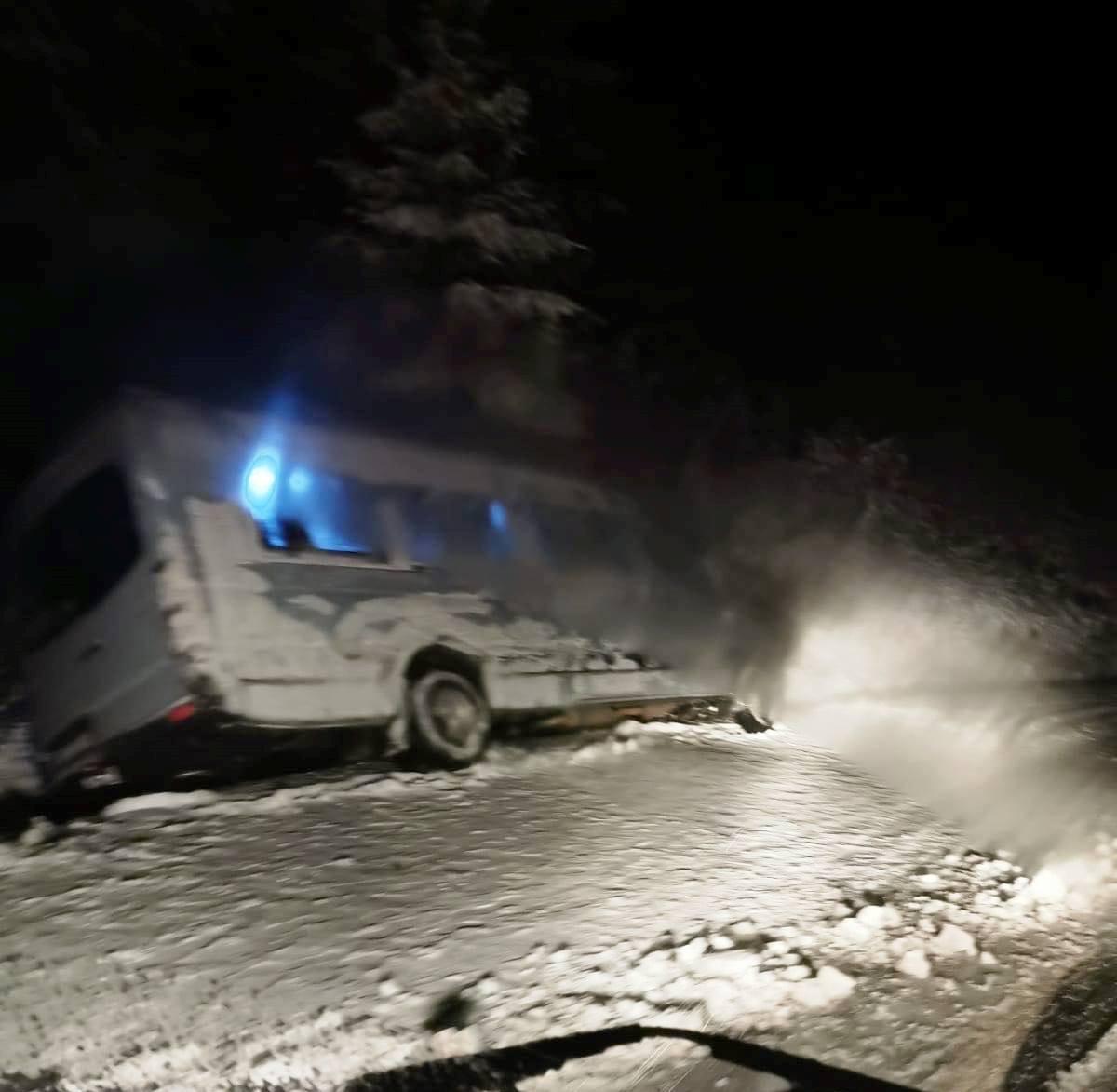 microbuz zapada tulnici 3 - UPDATE-ACUM: Microbuz plin cu elevi sportivi implicat într-un accident pe DN2D (FOTO)