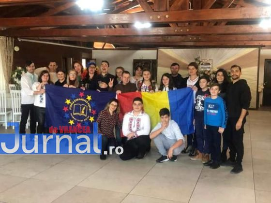 Grupul elevilor si cadrelor didactice 1 decembrie 560x420 - FOTO: De 1 decembrie o activitate inedită la Pufești!