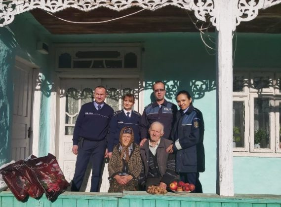 Politisti colindatori 4 569x420 - FOTO: Polițiștii vrânceni colindători prin satele uitate de timp