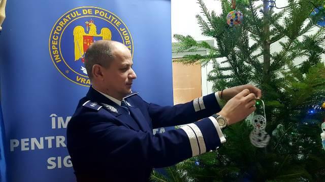 brad de craciun ipj vrancea1 - FOTO-VIDEO: Bradul Inspectoratului de Poliție al județului Vrancea, împodobit cu ornamente confecționate de copii