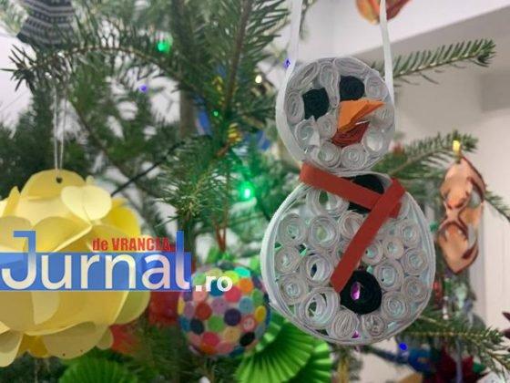 brad de craciun ipj vrancea10 560x420 - FOTO-VIDEO: Bradul Inspectoratului de Poliție al județului Vrancea, împodobit cu ornamente confecționate de copii