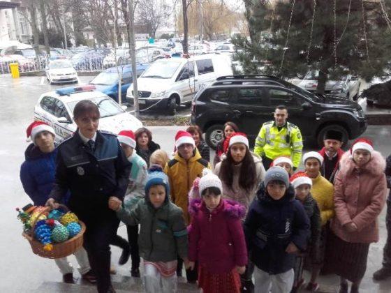 brad de craciun ipj vrancea2 560x420 - FOTO-VIDEO: Bradul Inspectoratului de Poliție al județului Vrancea, împodobit cu ornamente confecționate de copii