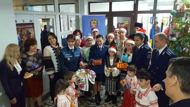 brad de craciun ipj vrancea5 - FOTO-VIDEO: Bradul Inspectoratului de Poliție al județului Vrancea, împodobit cu ornamente confecționate de copii