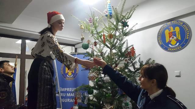 brad de craciun ipj vrancea6 - FOTO-VIDEO: Bradul Inspectoratului de Poliție al județului Vrancea, împodobit cu ornamente confecționate de copii