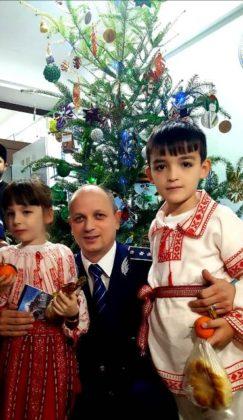 brad de craciun ipj vrancea7 243x420 - FOTO-VIDEO: Bradul Inspectoratului de Poliție al județului Vrancea, împodobit cu ornamente confecționate de copii