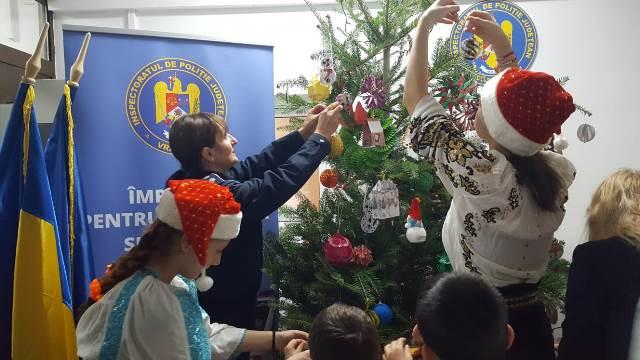 brad de craciun ipj vrancea9 - FOTO-VIDEO: Bradul Inspectoratului de Poliție al județului Vrancea, împodobit cu ornamente confecționate de copii