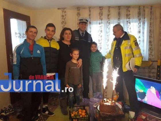 cadouri ipj vrancea familie cotesti1 560x420 - FOTO: Gestul de omenie al polițiștilor care a făcut TOTUL pentru o familie din Cotești
