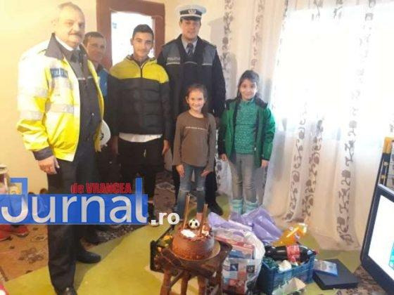 cadouri ipj vrancea familie cotesti2 560x420 - FOTO: Gestul de omenie al polițiștilor care a făcut TOTUL pentru o familie din Cotești