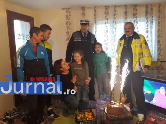 cadouri ipj vrancea familie cotesti3 560x420 - FOTO: Gestul de omenie al polițiștilor care a făcut TOTUL pentru o familie din Cotești