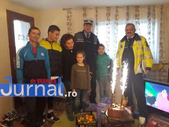 cadouri ipj vrancea familie cotesti5 560x420 - FOTO: Gestul de omenie al polițiștilor care a făcut TOTUL pentru o familie din Cotești