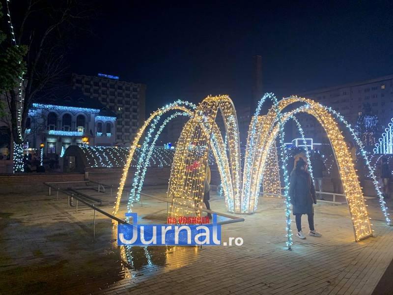 iluminat festiv piata unirii focsani 1 - VIDEO: Focșaniul a îmbrăcat haine de sărbătoare. Sute de lumini și ornamente s-au aprins în această seară