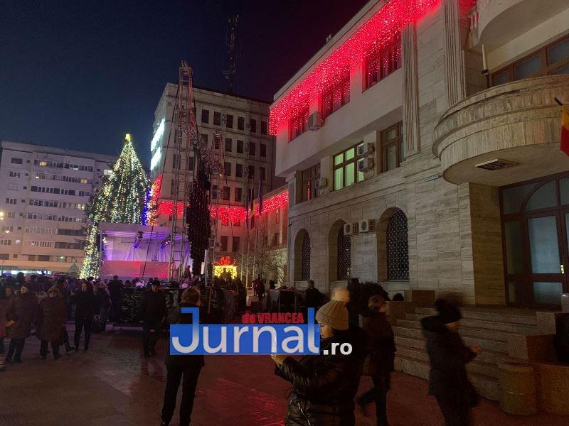 iluminat festiv piata unirii focsani 2 - VIDEO: Focșaniul a îmbrăcat haine de sărbătoare. Sute de lumini și ornamente s-au aprins în această seară