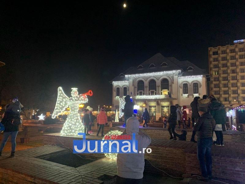 iluminat festiv piata unirii focsani 3 - VIDEO: Focșaniul a îmbrăcat haine de sărbătoare. Sute de lumini și ornamente s-au aprins în această seară