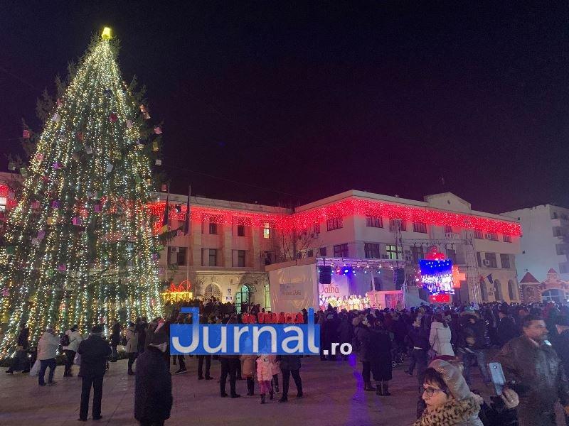 iluminat festiv piata unirii focsani 5 - VIDEO: Focșaniul a îmbrăcat haine de sărbătoare. Sute de lumini și ornamente s-au aprins în această seară