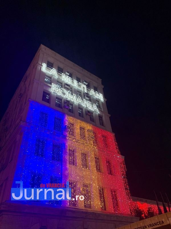 iluminat festiv piata unirii focsani 6 - VIDEO: Focșaniul a îmbrăcat haine de sărbătoare. Sute de lumini și ornamente s-au aprins în această seară