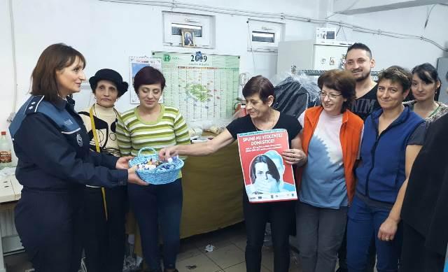 mos nicolae ipj vrancea recomandari3 - FOTO: În ajun de Moș Nicolae, polițiștii au oferit cadou recomandări preventive