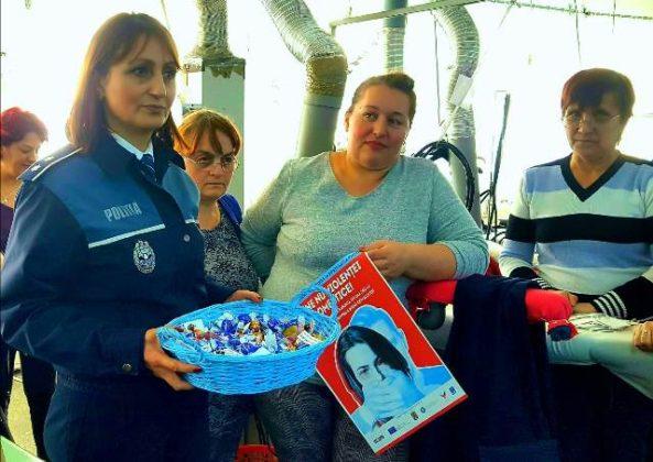 mos nicolae ipj vrancea recomandari6 593x420 - FOTO: În ajun de Moș Nicolae, polițiștii au oferit cadou recomandări preventive