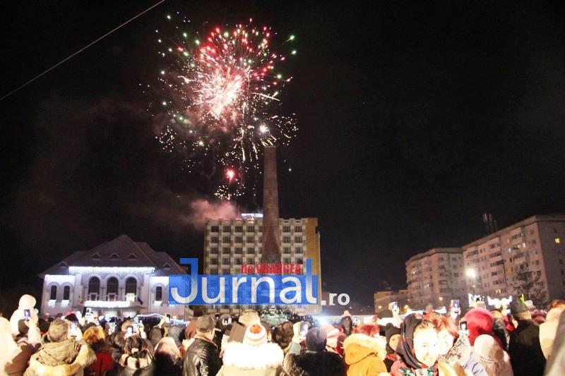 revelion piata unirii 1 - FOTO: Sute de oameni au ales să întâmpine noul an în Piața Unirii din Focșani
