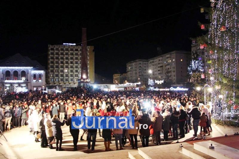 revelion piata unirii 3 - FOTO: Sute de oameni au ales să întâmpine noul an în Piața Unirii din Focșani
