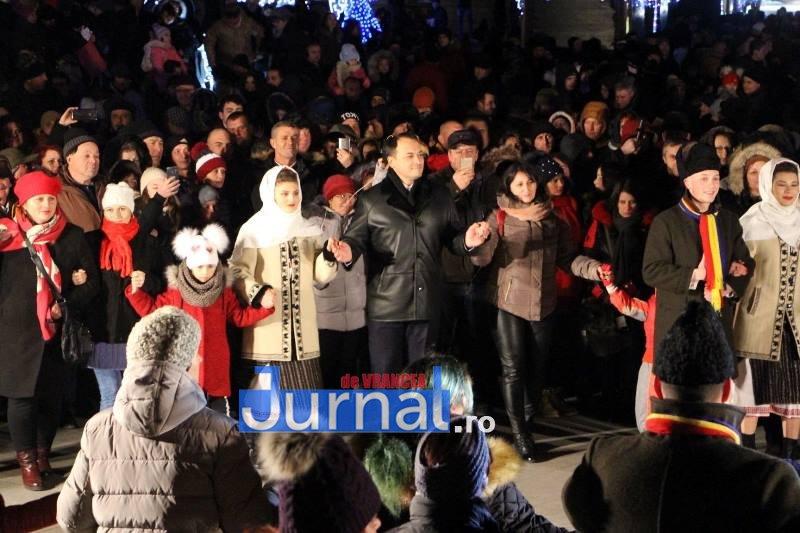 revelion piata unirii 4 - FOTO: Sute de oameni au ales să întâmpine noul an în Piața Unirii din Focșani