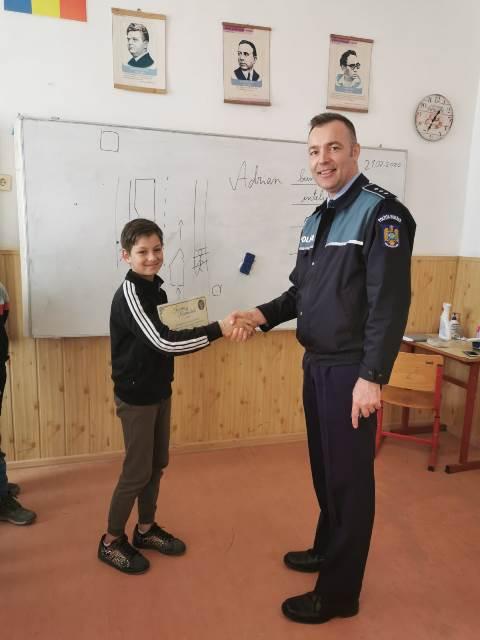copil milcovu portofel gasit spirit civic2 - FOTO: Un băiat de 11 ani, lăudat și răsplătit de polițiști după ce a returnat un portofel plin cu bani, găsit pe stradă
