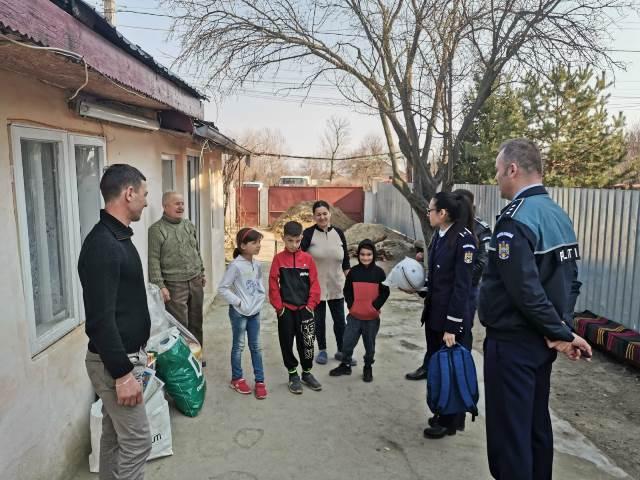 copil milcovu portofel gasit spirit civic5 - FOTO: Un băiat de 11 ani, lăudat și răsplătit de polițiști după ce a returnat un portofel plin cu bani, găsit pe stradă