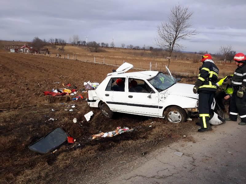 masina rasturnata adjud 2 - FOTO: Cinci persoane implicate într-un accident la Adjud | Mașina în care se aflau s-a răsturnat