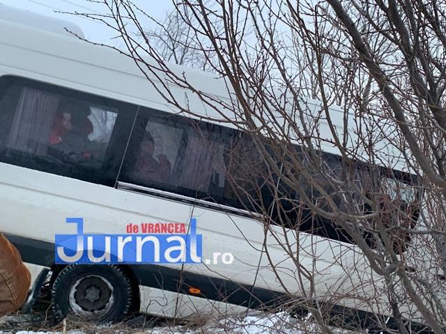 microbuz derapat mandresti 5 - UPDATE-VIDEO-FOTO-ACUM: Microbuz plin cu pasageri derapat la intrarea în cartierul Mândrești