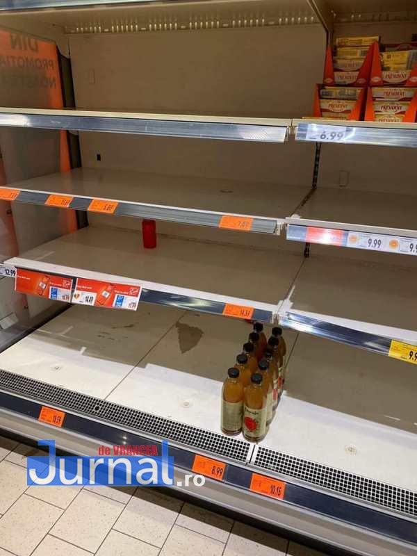 rafturi goale supermarket2 - FOTO: Focșănenii se pregătesc pentru apocalipsă! Rafturile magazinelor s-au golit!