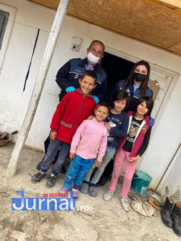 actiune politia vulturu 1 - GALERIE FOTO: Poliția, deschideți! Mai multe familii din Vulturu, ajutate de oamenii legii