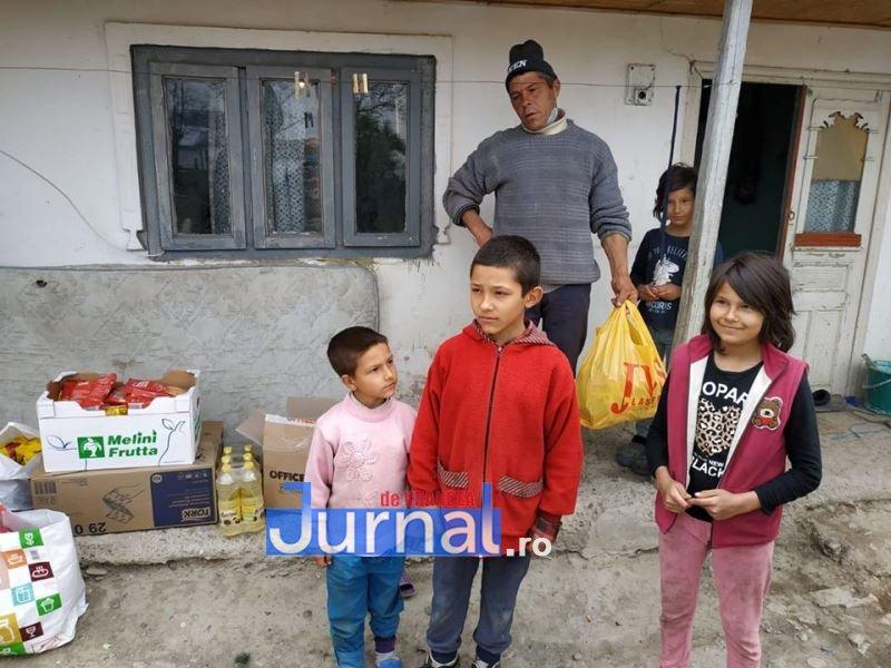 actiune politia vulturu 10 - GALERIE FOTO: Poliția, deschideți! Mai multe familii din Vulturu, ajutate de oamenii legii