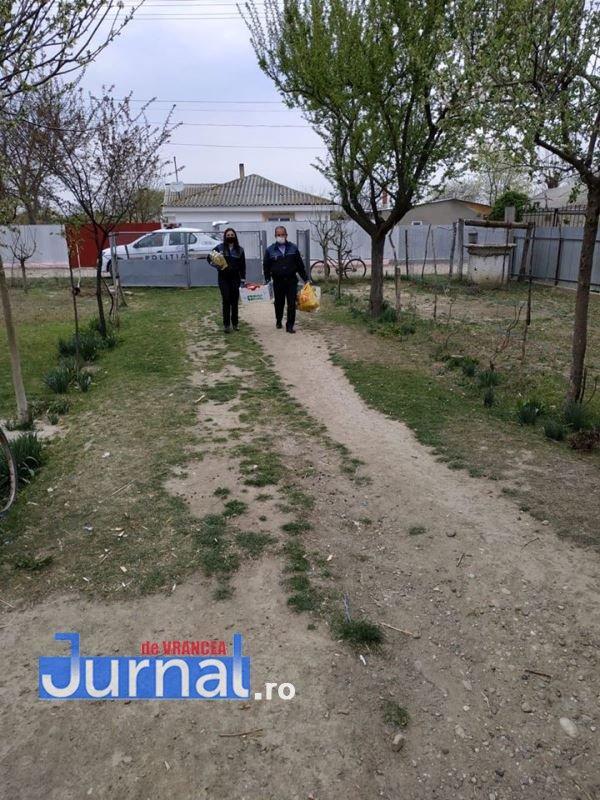 actiune politia vulturu 2 - GALERIE FOTO: Poliția, deschideți! Mai multe familii din Vulturu, ajutate de oamenii legii