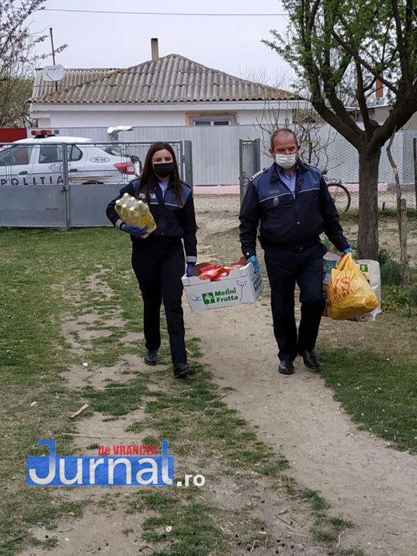 actiune politia vulturu 3 - GALERIE FOTO: Poliția, deschideți! Mai multe familii din Vulturu, ajutate de oamenii legii