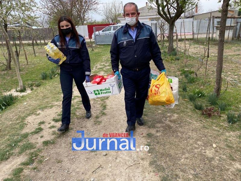 actiune politia vulturu 4 - GALERIE FOTO: Poliția, deschideți! Mai multe familii din Vulturu, ajutate de oamenii legii