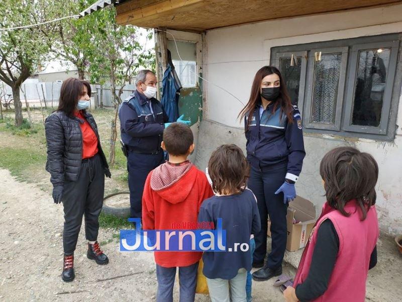 actiune politia vulturu 6 - GALERIE FOTO: Poliția, deschideți! Mai multe familii din Vulturu, ajutate de oamenii legii