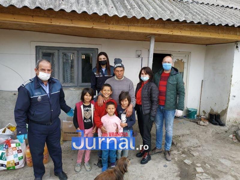 actiune politia vulturu 8 - GALERIE FOTO: Poliția, deschideți! Mai multe familii din Vulturu, ajutate de oamenii legii