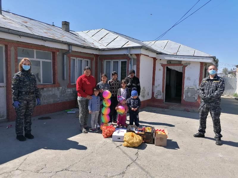 vulturu trupe 1 - GALERIE FOTO: Poliția, deschideți! Mai multe familii din Vulturu, ajutate de oamenii legii