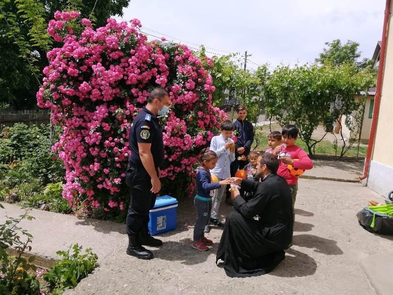 """cadouri copii bolotesti 5 - FOTO: Cadouri de la jandarmi pentru micuții de la Asociația """"Sf. Sofia"""""""