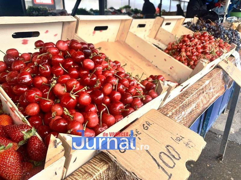 cirese piata 1 - FOTO: Au apărut primele cireșe în Piața Moldovei | Vezi cât costă un kilogram