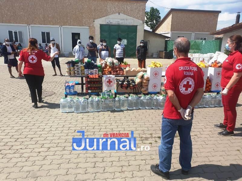 donatie crucea rosie vrancea 3 - FOTO: 21 de imigranți din Sri Lanka au primit ajutor din partea filialei de Cruce Roșie Vrancea