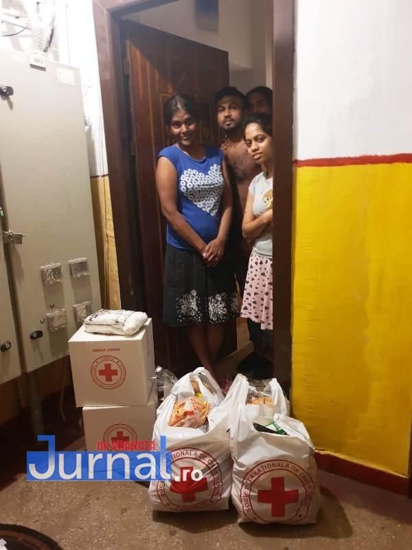 donatie crucea rosie vrancea 5 - FOTO: 21 de imigranți din Sri Lanka au primit ajutor din partea filialei de Cruce Roșie Vrancea