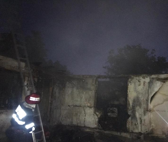 casa arsa 2 - Casă mistuită de flăcări la Reghiu!