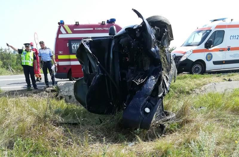 autoturism rasturnat2 - FOTO-ULTIMĂ ORĂ: Autoturism răsturnat pe șoseaua Vrancei | O persoană a rămas încarcerată