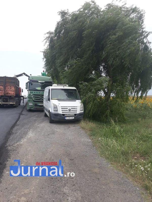 camion haret 3 - GALERIE FOTO: Remorcă plină de intestine și stomacuri de animale, focar de infecție pe E85. Garda de Mediu a decontaminat zona