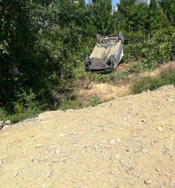 masina rasturnata1 - FOTO-ULTIMĂ ORĂ: Autoturism răsturnat pe DN2-E85